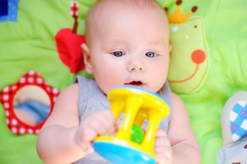 Babysicher Spielzeug ab dem 4. Monat