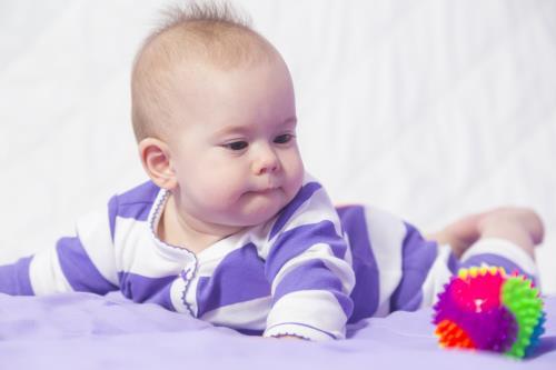 Babysicher Spielzeug zum Krabbeln